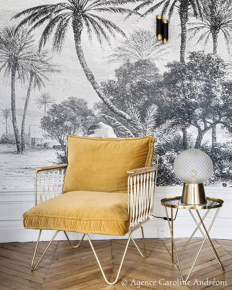 Tropical wall mural OASIS from Les Dominotiers in a living room © Caroline Andréoni
