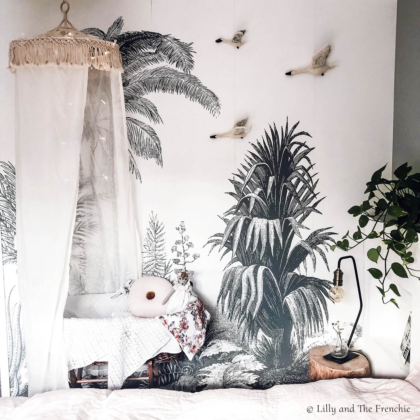 Tropical wall mural ALOES from Les Dominotiers in a bedroom © Lilly and the Frenchie