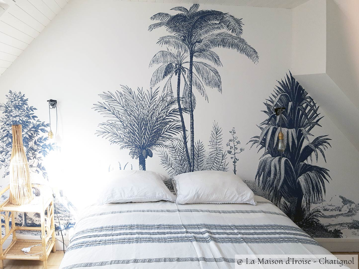 Tropical panoramic wallpaper ALOES from Les Dominotiers in a living room © La Maison d'Iroise Chatignol