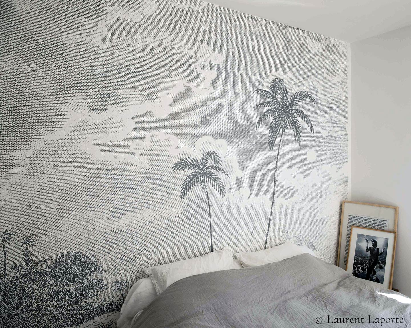 Tropical wall mural with palm trees PALMAR GREY in a bedroom © Laurent Laporte